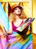 10221321-portrait-de-belle-femme-artiste-avec-un-pinceau-et-de-la-palette-debout-derriere-le-chevalet-avec-un1